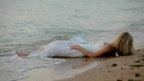 Noiva que encontra-se na praia video estoque
