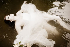 Noiva que flutua na água Fotos de Stock Royalty Free