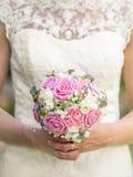 Noiva que guarda flores cor-de-rosa e brancas do casamento Fotos de Stock