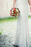 Noiva que guarda o bouqet dos rouses Imagens de Stock