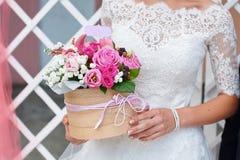 Noiva que guarda o ramalhete do casamento na cerimônia imagens de stock
