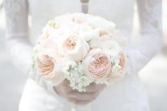 Noiva que guarda o ramalhete sonhador do casamento Fotos de Stock Royalty Free