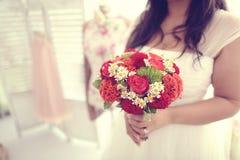 Noiva que guarda o ramalhete vermelho Fotos de Stock Royalty Free