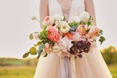 Noiva que guarda um ramalhete das belas artes do casamento em cores cor-de-rosa pasteis closeup fotografia de stock