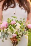 Noiva que guarda um ramalhete das belas artes do casamento em cores cor-de-rosa pasteis closeup imagens de stock