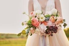 Noiva que guarda um ramalhete das belas artes do casamento em cores cor-de-rosa pasteis closeup foto de stock royalty free