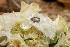 Noiva que guardara o ramalhete das rosas vermelhas imagem de stock royalty free