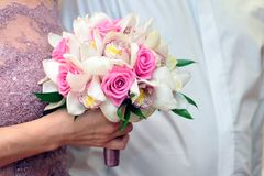 Noiva que guardara o ramalhete das rosas vermelhas Fotografia de Stock
