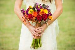 Noiva que guardara o ramalhete do casamento Fotos de Stock Royalty Free