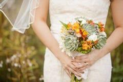 Noiva que guardara o ramalhete do casamento Imagens de Stock