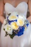 Noiva que guardara o ramalhete do casamento Fotografia de Stock