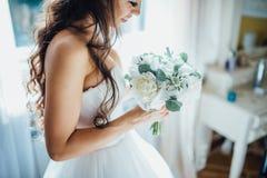 Noiva que guardara o ramalhete do casamento Imagem de Stock