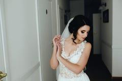 Noiva que levanta em um corredor Foto de Stock