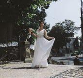 Noiva que levanta na cidade fotografia de stock royalty free