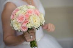 Noiva que mostra a suas rosas o ramalhete imagem de stock
