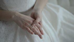 Noiva que olha a aliança de casamento vídeos de arquivo