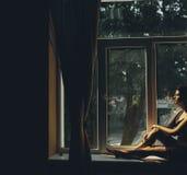 Noiva que olha através da janela imagens de stock royalty free