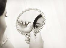 Noiva que olha no espelho, estilo do vintage Fotografia de Stock Royalty Free