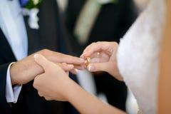 Noiva que põe a aliança de casamento Imagem de Stock Royalty Free