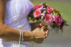 Noiva que prende o ramalhete bonito das flores Fotografia de Stock