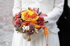 Noiva que prende o ramalhete bonito do casamento Fotografia de Stock Royalty Free