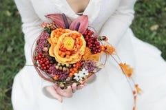 Noiva que prende o ramalhete bonito do casamento Fotografia de Stock