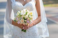 Noiva que prende o ramalhete bonito do casamento Foto de Stock
