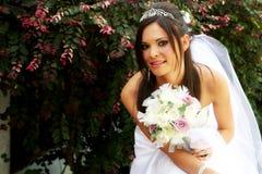 Noiva que prende um ramalhete Fotografia de Stock Royalty Free