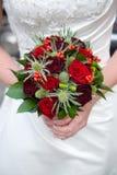Noiva que prende um ramalhete das rosas Fotografia de Stock