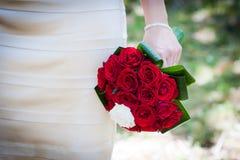 Noiva que prende um ramalhete do casamento Fotografia de Stock