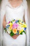 Noiva que prende um ramalhete do casamento Flores de Weding Imagem de Stock Royalty Free