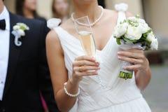 Noiva que prende um vidro do champanhe Fotos de Stock