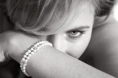 Noiva que procura atrás de seu braço Fotos de Stock Royalty Free