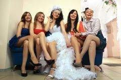 Noiva que senta-se com amigas imagens de stock royalty free