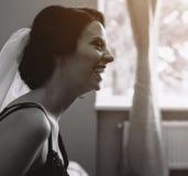Noiva que senta-se e que olha em algum lugar foto de stock royalty free