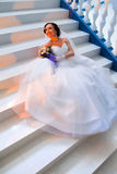 Noiva que senta-se nas escadas Fotos de Stock