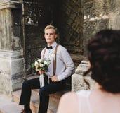 Noiva que senta-se nas etapas de pedra foto de stock