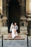 Noiva que senta-se no regaço da noiva imagem de stock royalty free