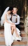 Noiva que senta-se no regaço da noiva imagem de stock