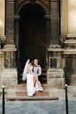 Noiva que senta-se no regaço da noiva fotografia de stock royalty free
