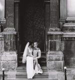 Noiva que senta-se no regaço do noivo imagem de stock royalty free