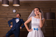 Noiva que usa o telefone celular, noivo que levanta na câmera fotografia de stock