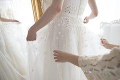 A noiva que você é deve nós pôs o vestido Foto de Stock