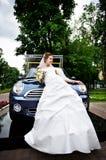Noiva rica e carro à moda imagens de stock royalty free