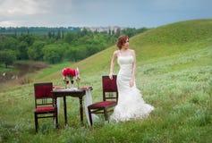 a noiva romântica da tabela de jantar está inclinando-se na cadeira Fotos de Stock Royalty Free