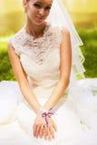 Noiva sensual que senta-se no prado imagens de stock