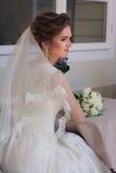 A noiva senta-se em uma tabela Fotografia de Stock