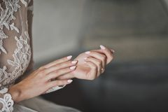 A noiva senta-se nervosamente friccionando suas mãos 7781 fotografia de stock royalty free