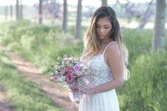 Noiva 'sexy' bonita em um vestido de casamento à moda Fotografia de Stock Royalty Free