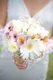 A noiva tem o ramalhete do casamento Imagens de Stock Royalty Free